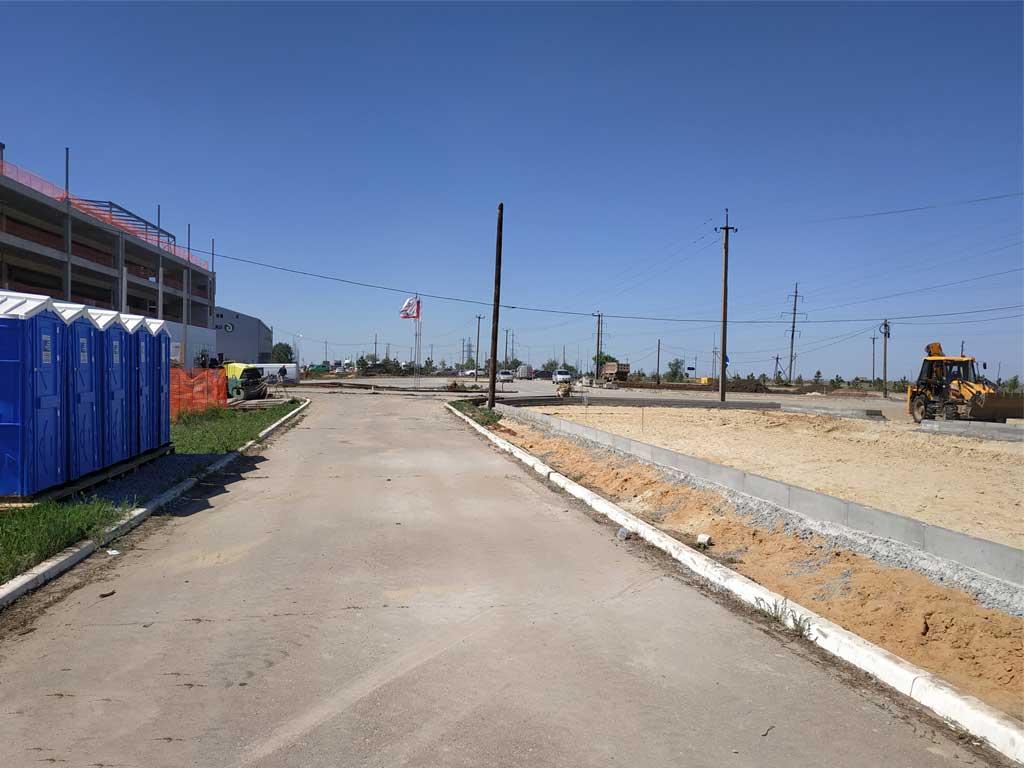 4 туалетные кабины установлены на строительной площадке